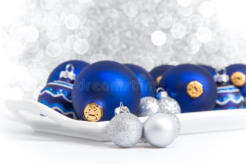 Błękitni i srebni Bożenarodzeniowi ornamenty na tacy zdjęcia stock