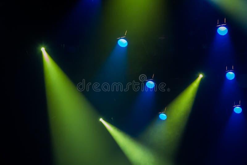 Błękitni i zieleni promienie światło przez dymu na scenie Zaświecający equipment Światło obraz stock