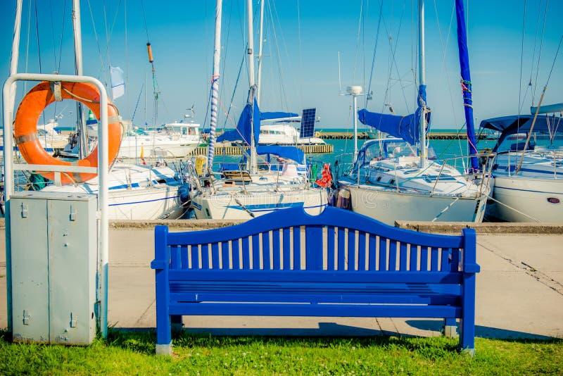 Błękitni jachty i ławka zdjęcie royalty free