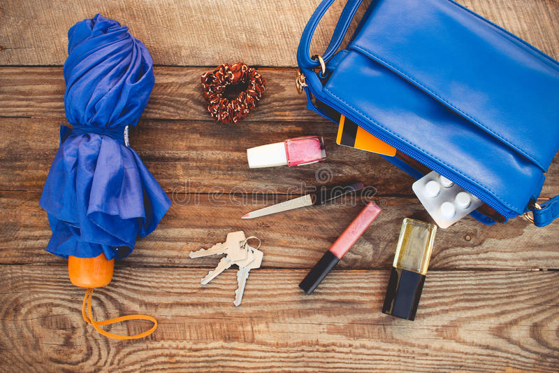 Błękitni kiesy, parasola i kobiet akcesoria, obraz stock
