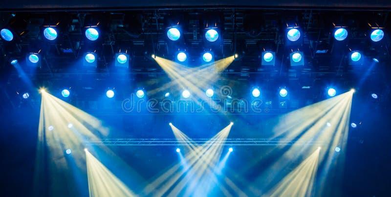 Błękitni lekcy promienie od światła reflektorów przez dymu przy filharmonią lub teatrem Oświetleniowy wyposażenie dla przedstawie obrazy stock