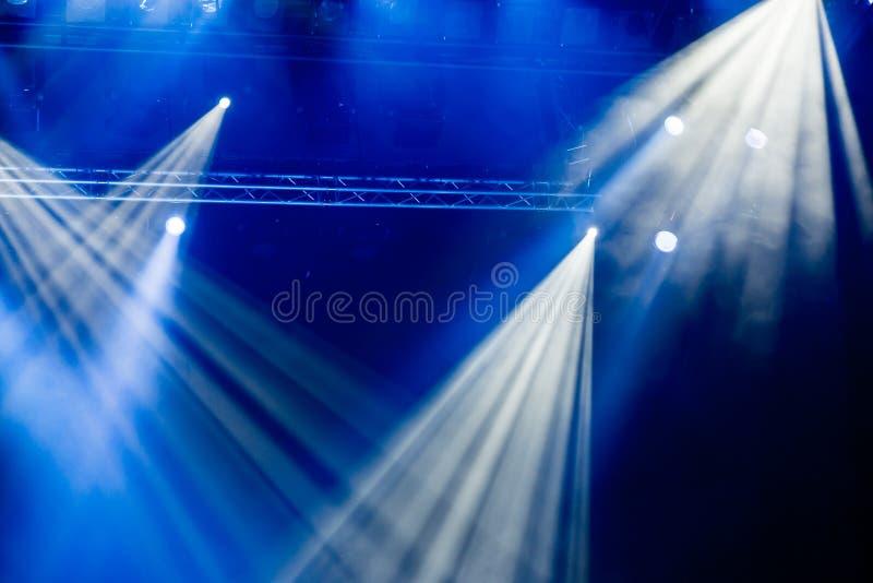 Błękitni lekcy promienie od światła reflektorów przez dymu przy filharmonią lub teatrem Oświetleniowy wyposażenie dla przedstawie zdjęcia stock