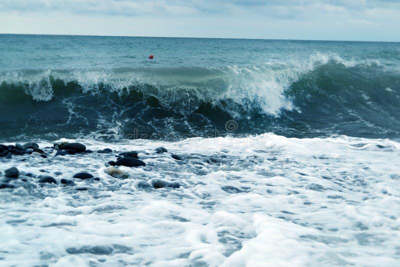 Błękitni oceanów wavebreaks wzdłuż brzeg obraz royalty free
