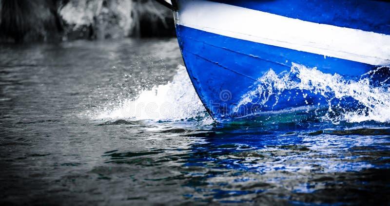 Błękitni odbicia łódź obraz stock