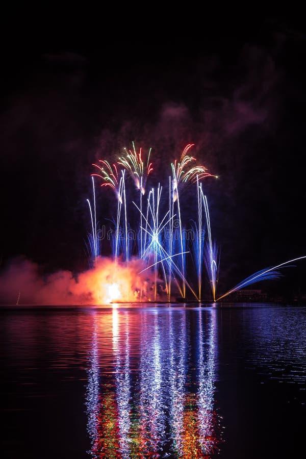 Błękitni ogony fajerwerki nad Brno tamą z jeziornym odbiciem fotografia royalty free
