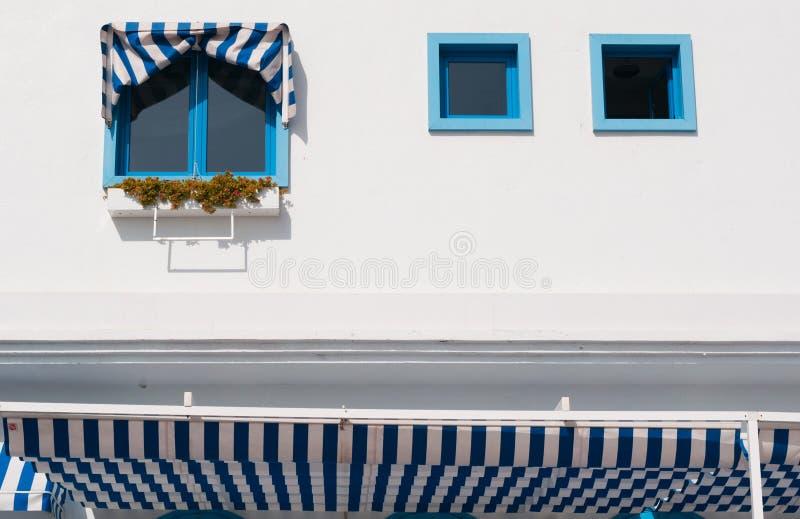 Błękitni okno i pasiaste markizy obrazy royalty free