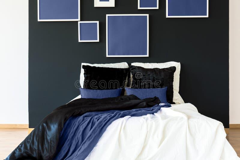 Błękitni plakaty nad łóżko zdjęcie royalty free