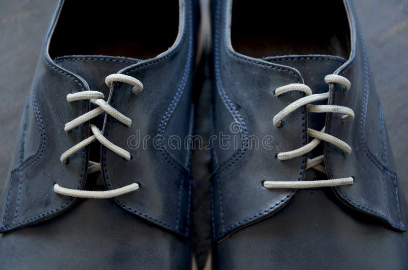 Błękitni Rzemienni mężczyzna buty zdjęcie stock