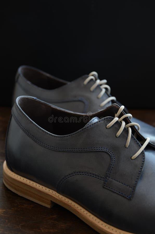 Błękitni Rzemienni mężczyzna buty zdjęcia stock