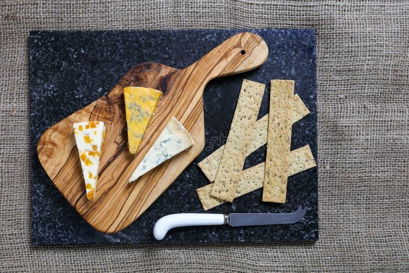 Błękitni sery na oliwnej drewno desce zdjęcia royalty free