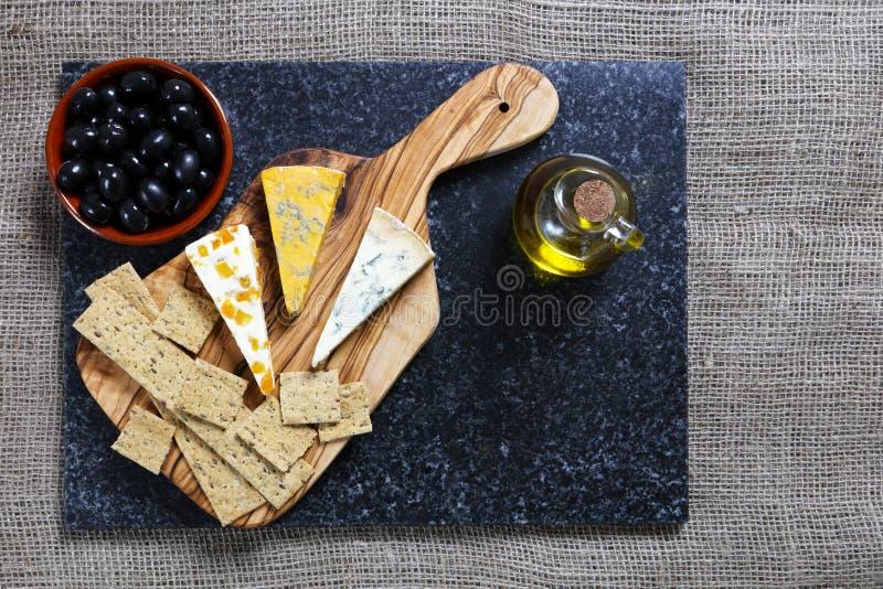 Błękitni sery na oliwnej drewno desce zdjęcie royalty free