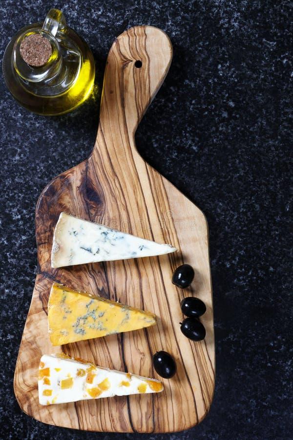 Błękitni sery na oliwnej drewno desce fotografia royalty free