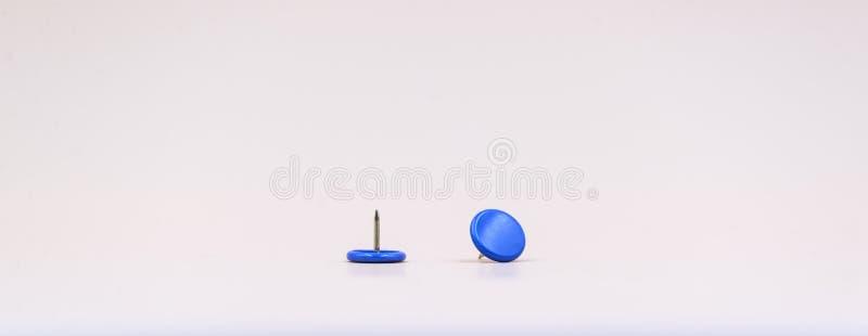 Błękitni thumptacks w białym tle fotografia stock