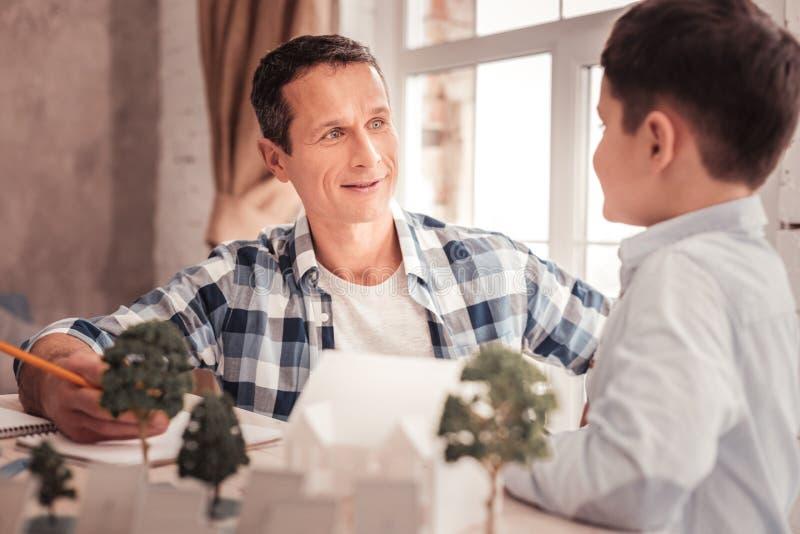 Błękitnooki przybrany ojciec słucha jego adoptowany dzieciak obrazy stock