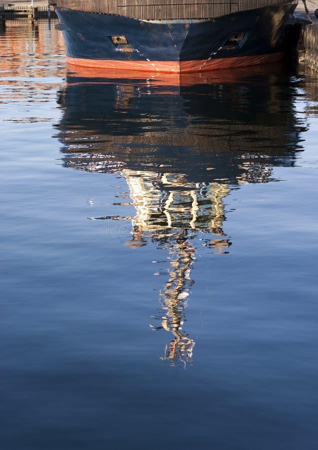 błękitny łódkowata odbicia holownika woda obrazy royalty free