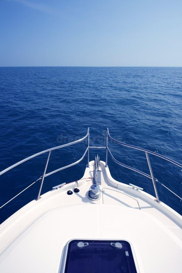 błękitny łęku motorboat oceanu denny widok jacht obraz stock