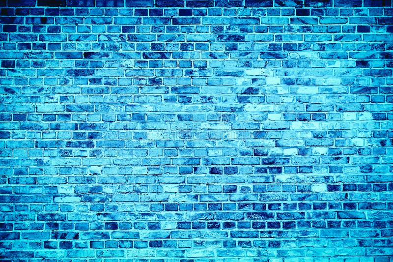 Błękitny ściana z cegieł malował z różnymi brzmieniami i odcieniami błękit jako bezszwowy deseniowy tekstury tło obraz royalty free