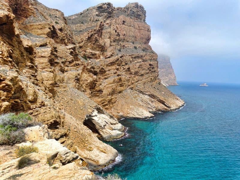 Błękitny śródziemnomorski Balearic morze i skaliste góry obraz stock