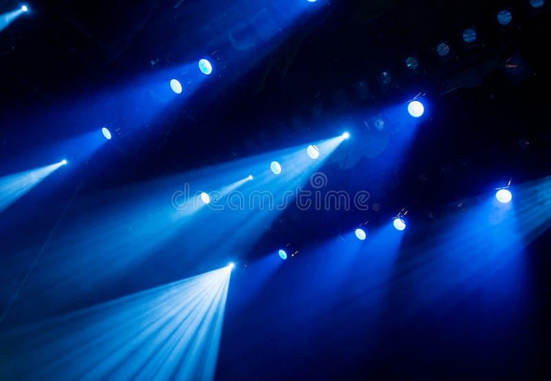 Błękitny światło od świateł reflektorów przez dymu w theatre podczas występu zdjęcie stock