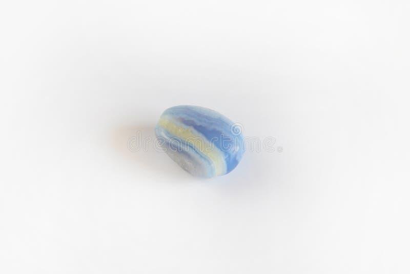 Błękitny agat, sapphirine klejnotu kopalny kamień odizolowywający na białym tle fotografia royalty free