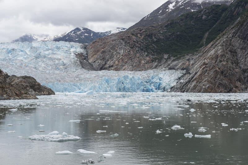 Błękitny Alaski lodowiec z górami zdjęcia royalty free