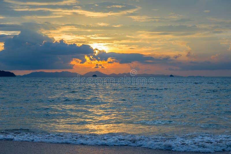 błękitny Andaman morze, piękne chmury i pomarańczowy niebo, obrazy stock
