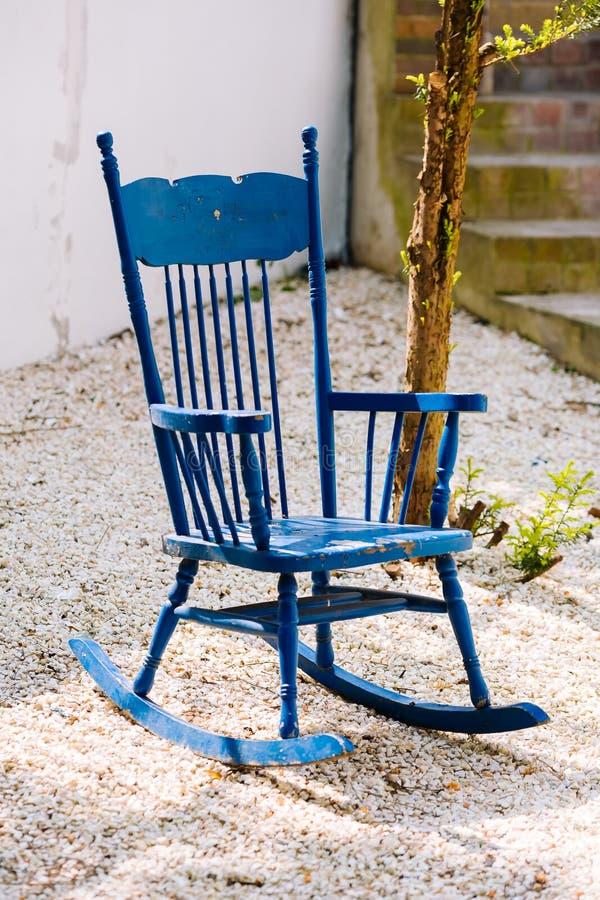 Błękitny antyk kołysa krzesła na kamiennym ganeczku zdjęcia royalty free