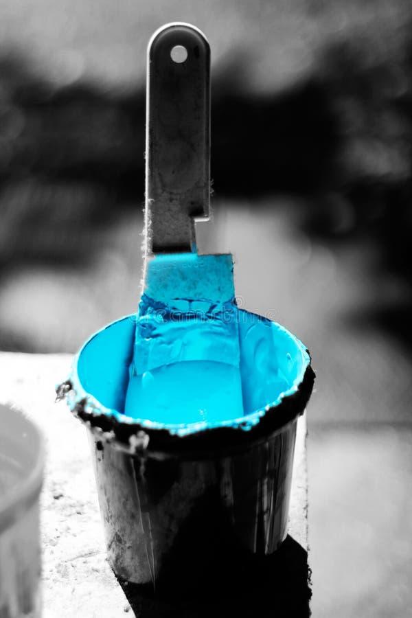 Błękitny atrament w czarnym wiadrze z uwydatniającym kolorem fotografia stock
