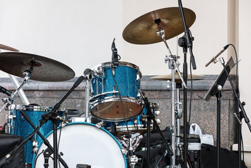 Błękitny bębenu set, talerze stoi na plenerowej scenie przeciw ścianie i fotografia stock