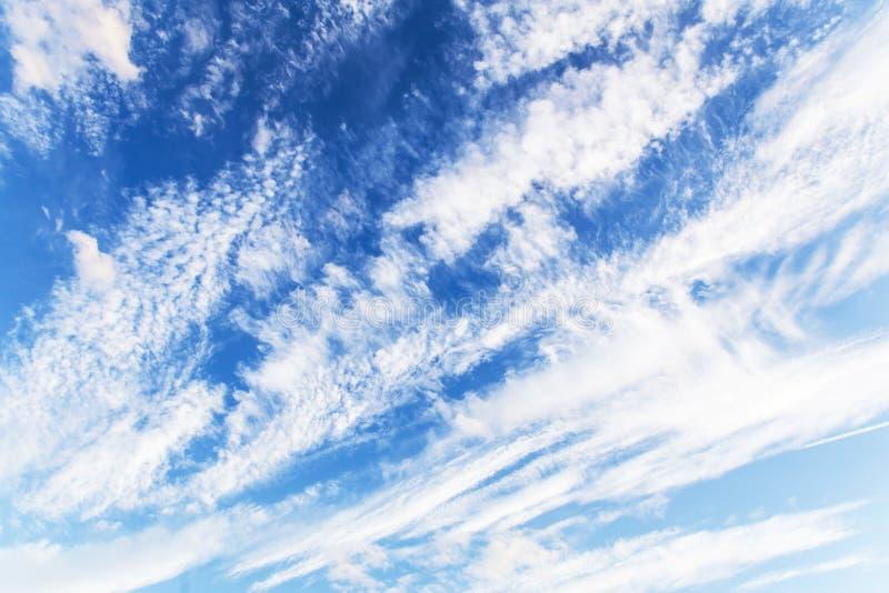 Błękitny biały abstrakcjonistyczny tło Biel chmurnieje przeciw jaskrawemu niebieskiemu niebu obrazy stock