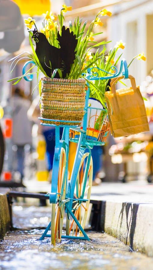 Błękitny bicykl z koszem pełno żółci daffodils obrazy royalty free