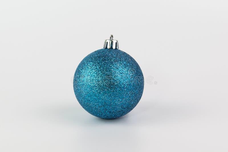 Błękitny Bożenarodzeniowa piłka odizolowywająca na biały tle zdjęcia stock