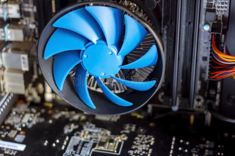 Błękitny chłodno fan z płytą główną wśrodku komputeru fotografia stock