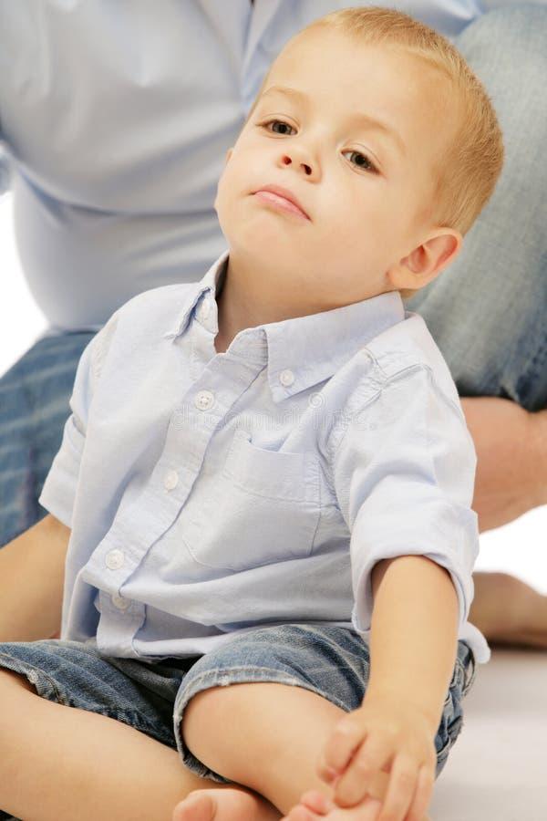 błękitny chłopiec śliczna mała bawić się koszula zdjęcie royalty free