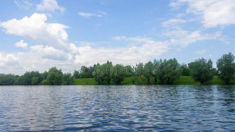 błękitny chmurny lasowy jeziorny niebo fotografia royalty free
