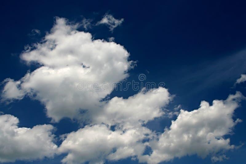 błękitny chmurny niebo fotografia stock