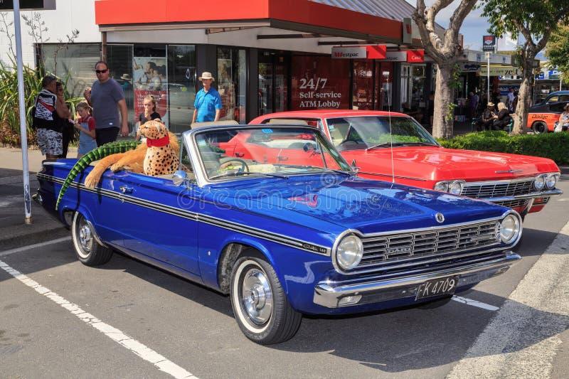 Błękitny 1965 Chrysler Dzielny przy plenerowym klasycznym samochodowym przedstawieniem fotografia royalty free