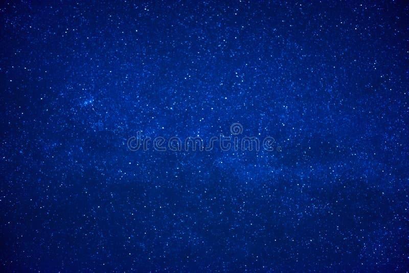 Błękitny ciemny nocne niebo z dużo gra główna rolę fotografia stock