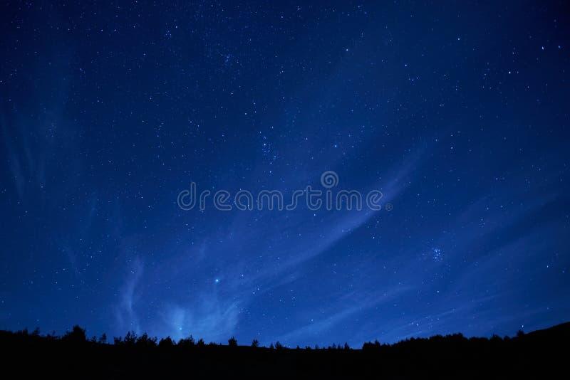 Błękitny ciemny nocne niebo z gwiazdami. zdjęcia royalty free