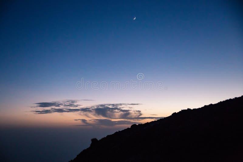 Błękitny ciemny nocne niebo z Olśniewającą księżyc nad Teide góra, Tenerife, Hiszpania obrazy stock