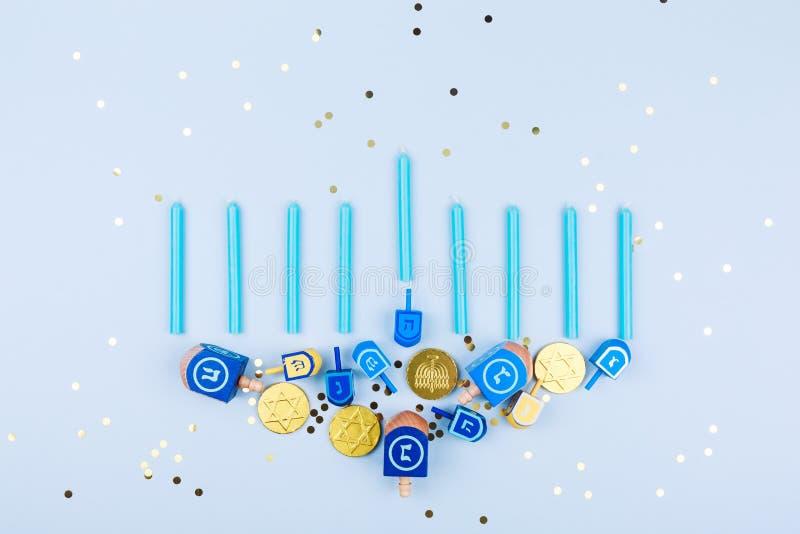 Błękitny confetti tło z menora robić dreidels i chocol zdjęcie royalty free