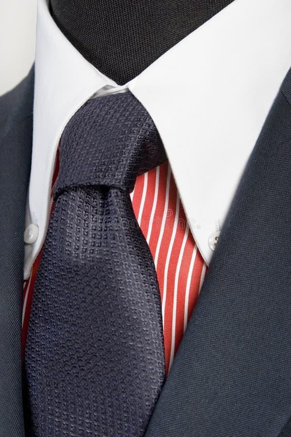 błękitny czerwieni koszula paskujący kostiumu krawat fotografia stock