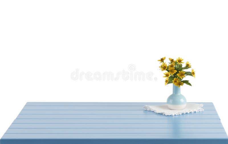 Błękitny drewniany stół z kwiatami w wazie zdjęcia stock