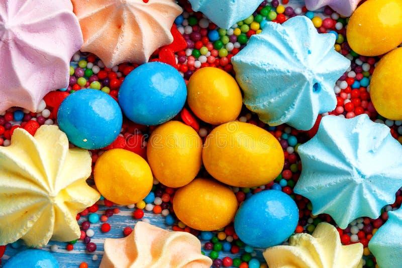 Błękitny drewniany stołowy pełny cukierki, lizaki, ciastka i słodki niezdrowy jedzenie, zdjęcia stock
