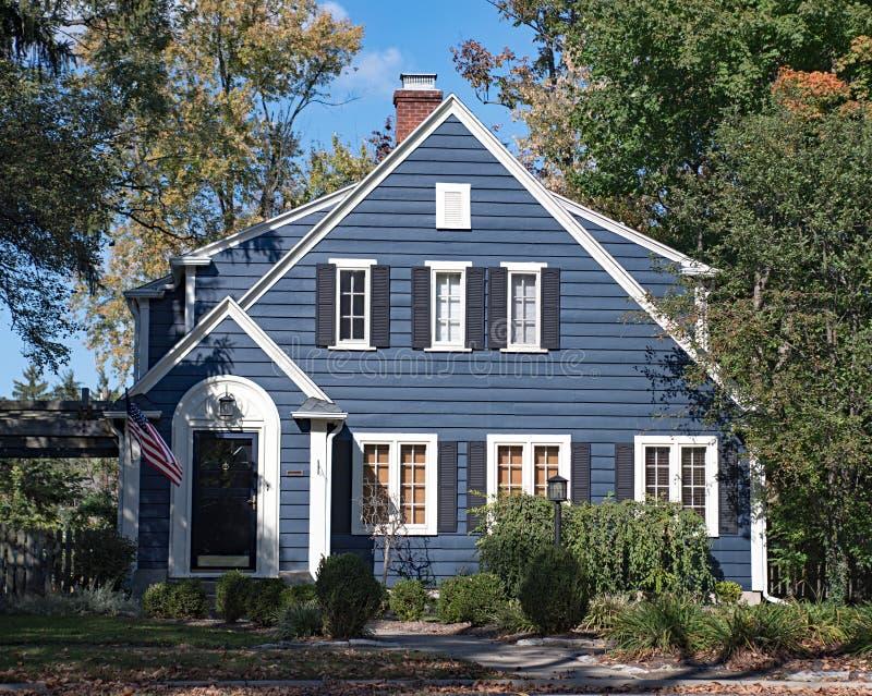 Błękitny drewno Popierający kogoś dom zdjęcia royalty free