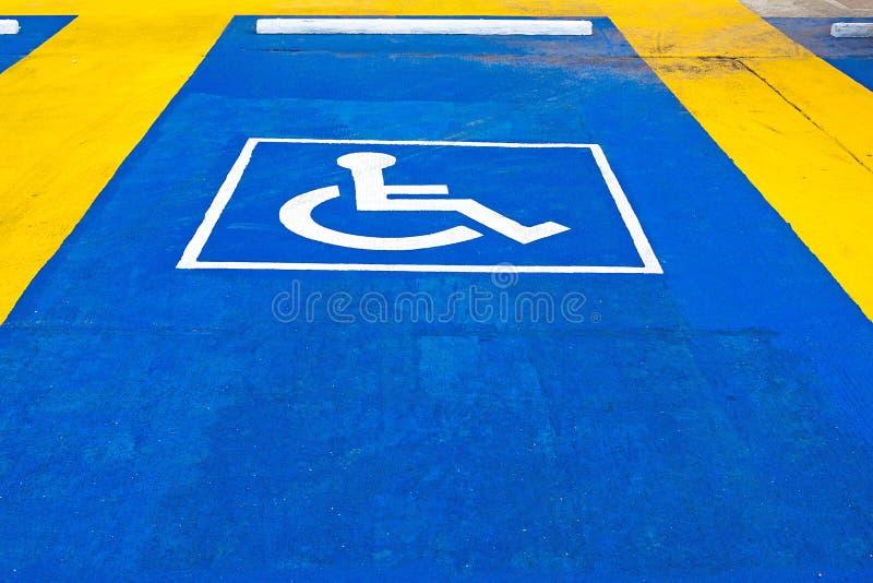 Błękitny drogowy ocechowanie dla niepełnosprawnego i nieważnego parking obrazy royalty free