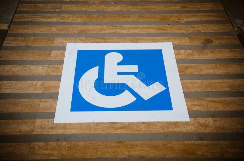 Błękitny drogowy ocechowanie dla niepełnosprawnego i nieważnego parking obraz royalty free