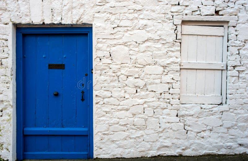 Błękitny drzwi i kamienna praca stara Irlandzka chałupa zdjęcie stock