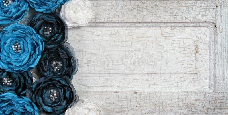 błękitny drzwi kwitnie starego rocznika zdjęcie royalty free