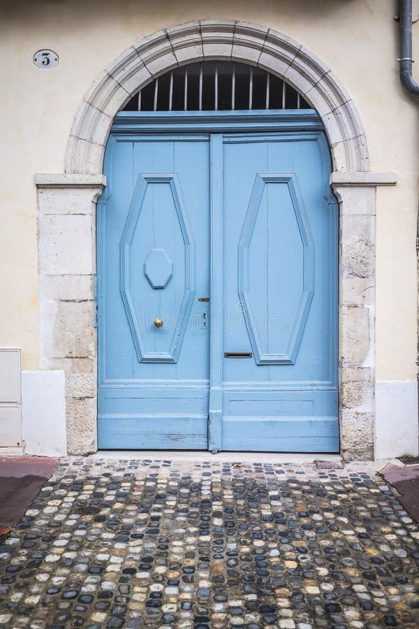 Błękitny drzwi w klasycznym budynku obraz royalty free